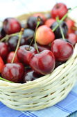Closeup of ripe, fresh and sweet cherries in wicker basket — Stock Photo