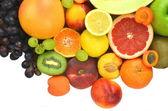 различные свежие и вкусные фрукты, изолированные на белом — Стоковое фото