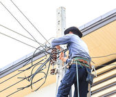 Electrician connects wires on a pole — Stockfoto