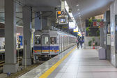 OSAKA - OCT 29, 2013: People waiting for rail train at the under — ストック写真