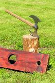 Popravčího ax a dřevěné třmeny — Stock fotografie
