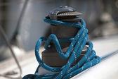 Vinsch för en segelbåt och blått rep — Stockfoto