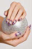 Mulheres lindas mãos com manicure elegante — Fotografia Stock
