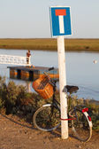 Bycicle leaning on a dead end sign by the sea — Stock Photo