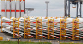 Many rotor blades for huge wind turbines in harbour — 图库照片