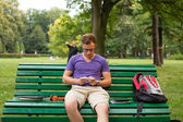 Student sitting on bench — Stock fotografie