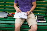 Student on bench — Stockfoto