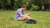Homme sur l'herbe — Photo
