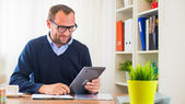 Caucasian man with tablet — Stock Photo