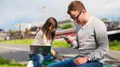Students couple in park — Zdjęcie stockowe