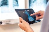 Mão com tablet — Fotografia Stock