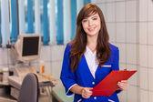 Médica com notas vermelhas — Fotografia Stock