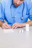 Prescrizione di scrittura del medico — Foto Stock
