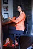 Femme travaillant sur ordinateur portable — Photo