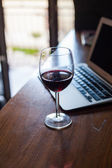 Wine glass and laptop — Stock fotografie