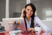 улыбаясь предприниматель в офисе — Стоковое фото