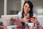Uśmiechnięta kobieta w biurze — Zdjęcie stockowe