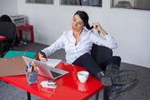 Kobieta w biurze — Zdjęcie stockowe