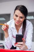 Kobieta przy użyciu telefonu komórkowego — Zdjęcie stockowe