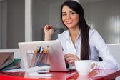 在办公室工作的女商人 — 图库照片