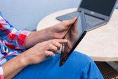 руки, держа планшетного компьютера — Стоковое фото