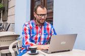 Homem com laptop e café — Fotografia Stock
