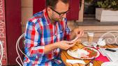 Man preparing sandwich — Stockfoto