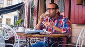 Man drinking latte — Stockfoto