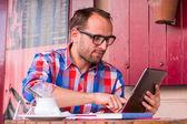 человек с помощью планшета — Стоковое фото