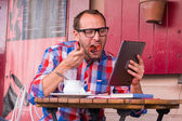Man eating and using tablet — Stock Photo