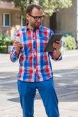 человек с мобильного телефона и цифровой планшетный — Стоковое фото