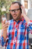 человек, слушая музыку на мобильном телефоне — Стоковое фото