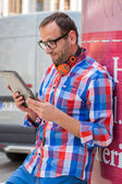 Man with headphones and tablet — Stock fotografie