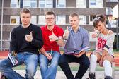 Studenten, die Daumen auftauchend — Stockfoto