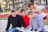 Studenten lezen van boeken — Stockfoto