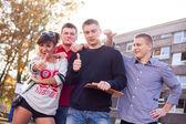 Φοιτητών που παρουσιάζουν αντίχειρες — Φωτογραφία Αρχείου