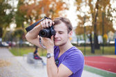 Man taking outdoor picture — Stock Photo