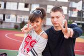 Studenti ukazující vítězství gesta — Stock fotografie