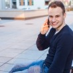 Smiling man talking on phone — Stock Photo #45083353