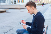 Man with notepad — 图库照片