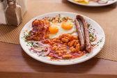 Bacon, salsichas, feijão e ovos fritos — Fotografia Stock