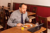 Businessman having lunch — Stockfoto