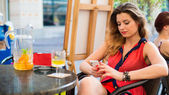 Mulher escrever mensagem de texto no café — Fotografia Stock