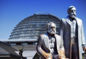 Monument of Marx and Engels with the Reichstag — Stock Photo