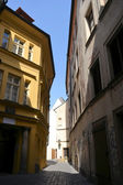 Enge gasse in prag — Stockfoto