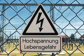 フェンスの上の警告サイン — ストック写真
