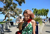 Woman holding a cockatoo bird — Stock Photo