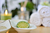 Spa limes with white towels and candles — Stock Photo