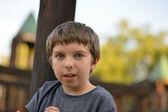 遊び場で遊んでいる少年 — ストック写真