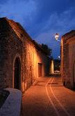 Illuminated narrow alleyway, italy — Stock Photo